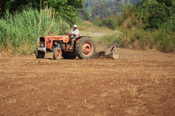 farmer-on-tractor-11284565590uRnl